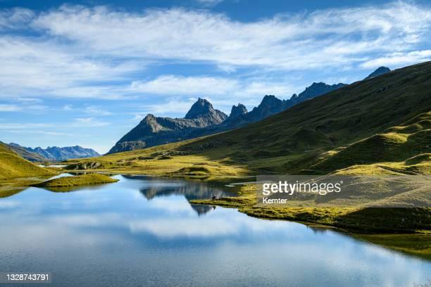 reflexion der berge in einem schönen kleinen see - kemter stock-fotos und bilder