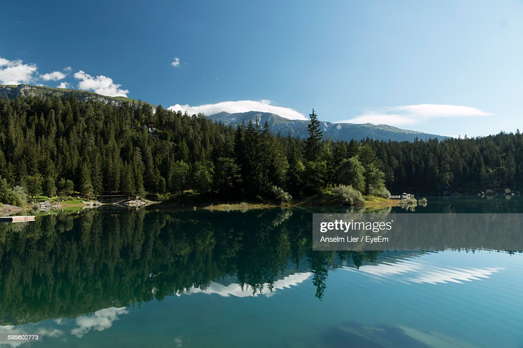 Reflection Of Trees In Lake Against Sky : Stock-Foto