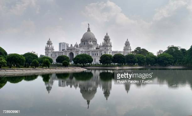 reflection of vicotoria memorial in lake against sky - kolkata stock pictures, royalty-free photos & images