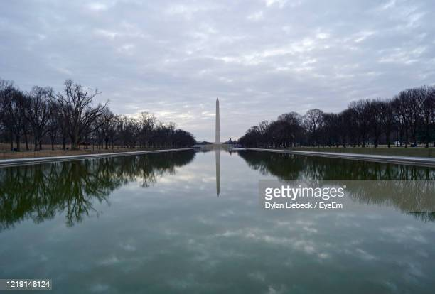 reflection of washington monument in pomd against cloudy sky - 対称 ストックフォトと画像