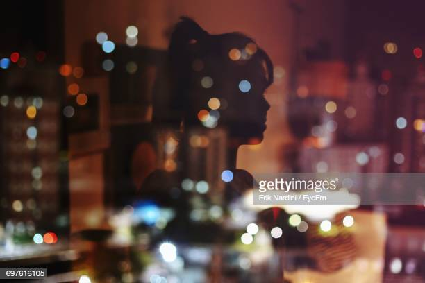 reflection of woman at night - licht natuurlijk fenomeen stockfoto's en -beelden