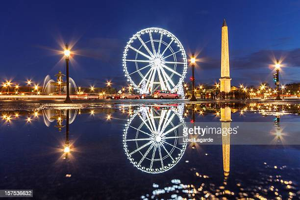 reflection on place de la concorde by night - place de la concorde stock pictures, royalty-free photos & images