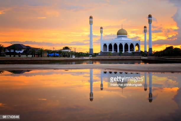 reflection on water surface of beautiful mosque - paisajes de emiratos arabes fotografías e imágenes de stock