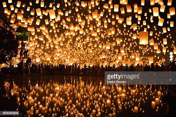 reflection_floating lanterns : yi peng in thailand - yi peng stock pictures, royalty-free photos & images