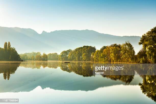 朝の湖の反射 - フォアアールベルク州 ストックフォトと画像