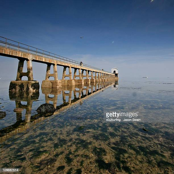 reflections. bembridge lifeboat station, iow - s0ulsurfing stockfoto's en -beelden