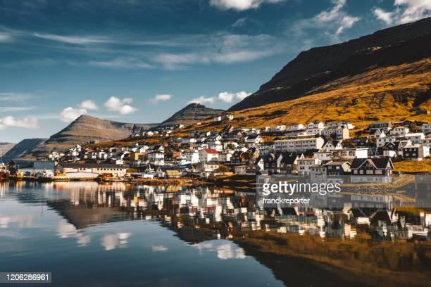 reflexiones de la aldea en las islas feroe - islas faroe fotografías e imágenes de stock