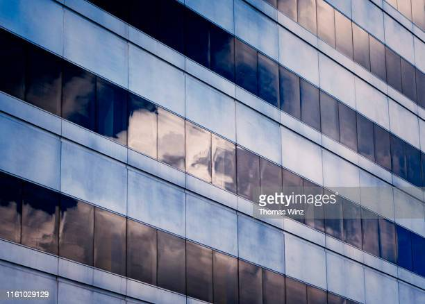 reflections on an office building - image photos et images de collection