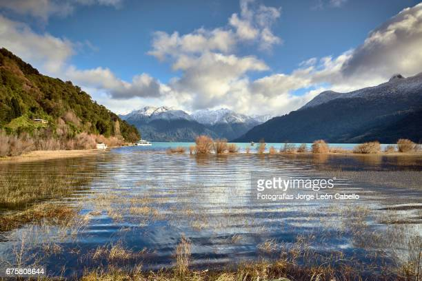 reflections on the waters of lake todos los santos in a winter day in peulla. - azul turquesa stockfoto's en -beelden