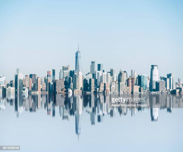reflective skyline of lower manhattan - skyline photos et images de collection
