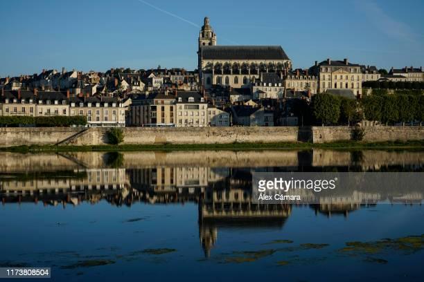 reflejos del río loira en blois, francia - loir et cher stock pictures, royalty-free photos & images
