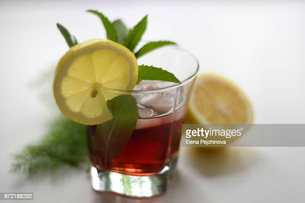 refreshing red drink with ice and lemon - mint julep stock pictures, royalty-free photos & images