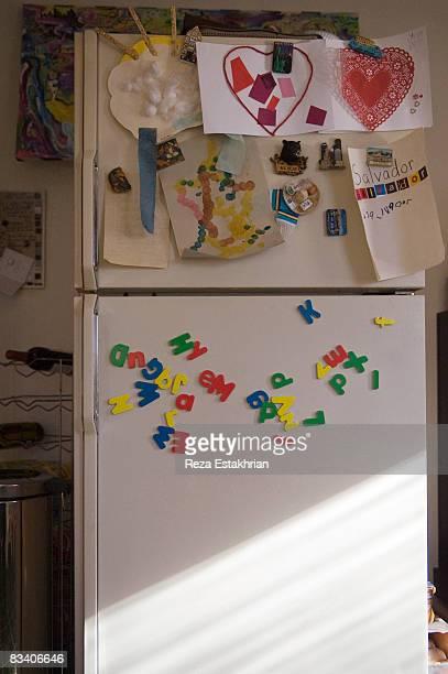 refrigerator door with child's school art projects - ímã - fotografias e filmes do acervo