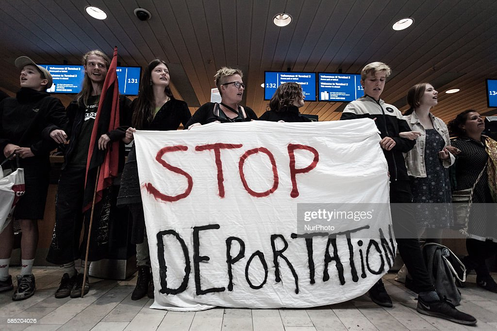 Activists prevent deportation of Ugandan asylum seeker in Denmark : Nyhetsfoto