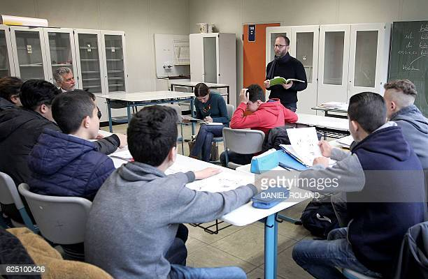Refugee students attend a leeson in their classroom at the HeinrichvonBrentanoSchool in Hochheim am Main on November 10 2016 / AFP / DANIEL ROLAND