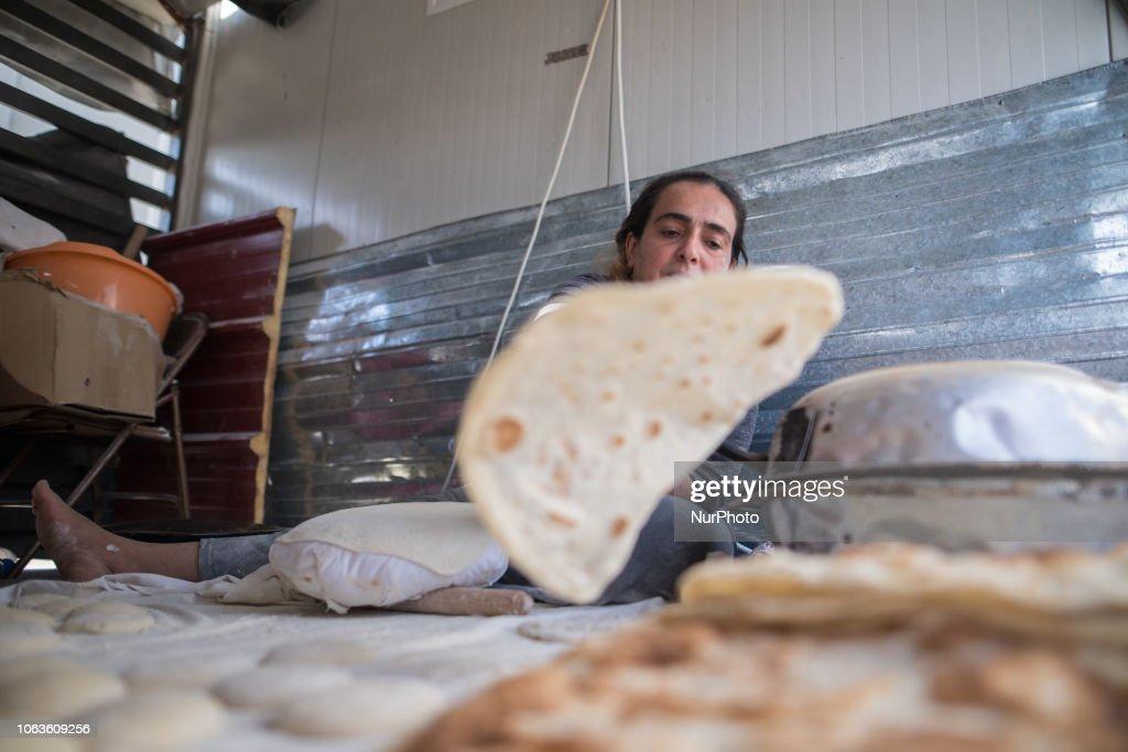 Refugee Making Bread In Diavata Camp : Foto di attualità