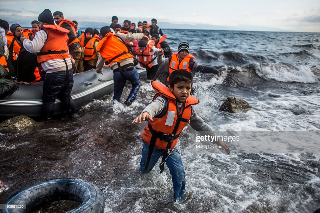 Migrants Arrive On The Beaches Of Lesbos Having Made The Crossing From Turkey : Foto jornalística