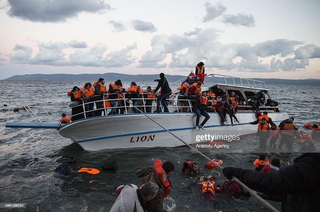 Refugees arrive in Greece's Lesbos Island : Foto di attualità