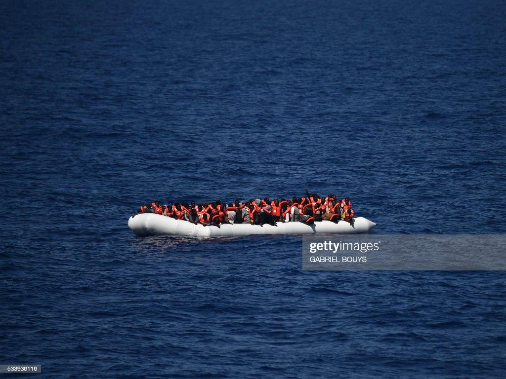 TOPSHOT-ITALY-REFUGEES-AQUARIUS-SEA-LIBYA-MIGRANTS : News Photo