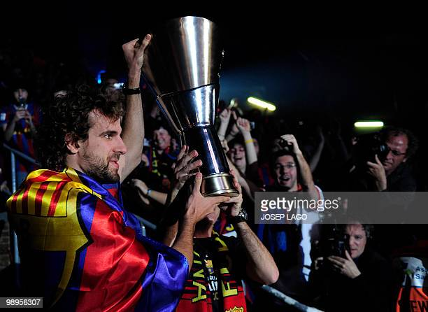 Regal Barcelona's captain Roger Grimau arrives with the trophy of Euroleague champions at the Palau Blaugrana in Barcelona on May 102010 Barcelona...