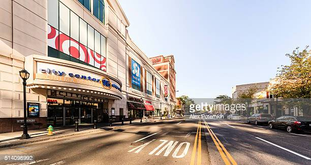 regal cinemas and shopping mall in new rochelle downtown. - westchester county stock pictures, royalty-free photos & images