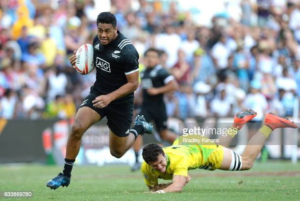 Regan Ware of New Zealand breaks away from the defence during the semifinal match between New Zealand and Australia in the 2017 HSBC Sydney Sevens at...