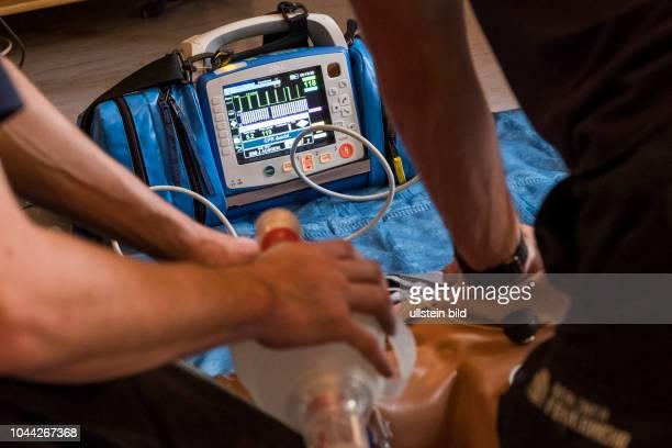 Regelmäßige Schulung im Umgang mit einem Defibrillator im Einsatz bei einer Reanimation auf der Feuerwache Prenzlauer Berg