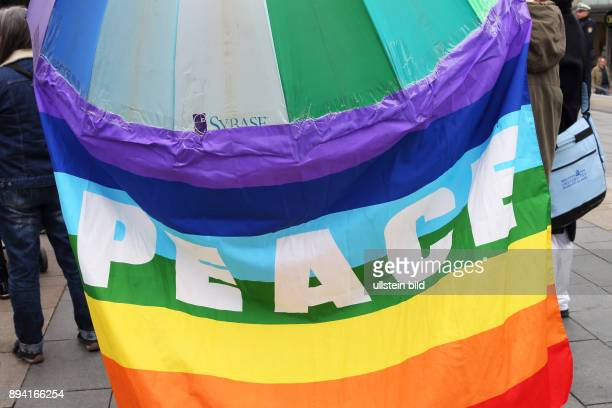 PEACE Regenbogenfahne an einem Regenschirm befestigt anlässlich der Ostermarschinitiative Mainz Wiesbaden am Die Ostermarschinitiative Mainz...