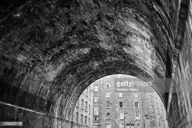 regent bridge, edinburgh, scotland - neoklassiek stockfoto's en -beelden