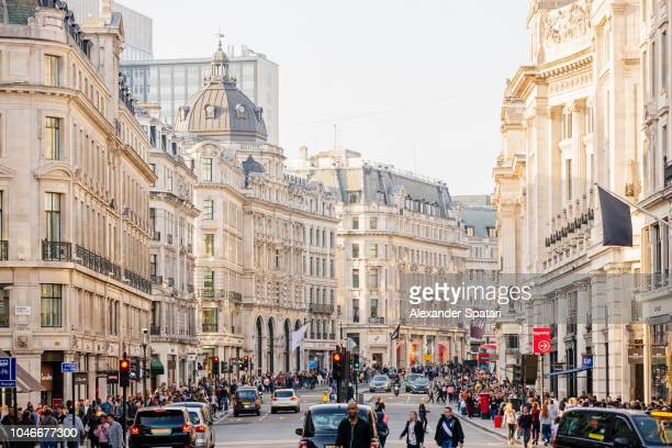 regent street with crowds of people, heavy traffic and lots of shops, london, england, uk - rua oxford - fotografias e filmes do acervo