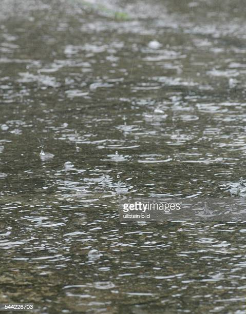 Regentropfen in Pfuetze