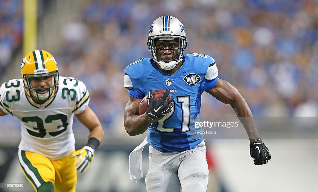 Reggie Bush #21 of the Detroit Lions runs 21 yard for a fourth quarter touchdown as Micah Hyde #33 of the Green Bay Packers gives chase during the game at Ford Field on September 21, 2014 in Detroit, Michigan.