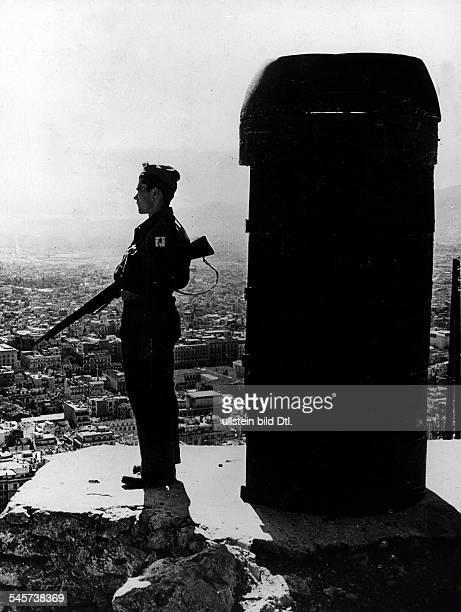 Regierungstruppe treffen Vorsichtsmassnahmen um die Hauptstadt Athen gegen Aktionen der Kommunisten zu schützen neue Wachtürme sind auf dem Berg...