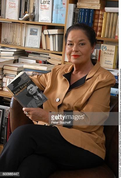 Regina Lemnitz, , Berlin, P.-Nr.: 1116/2005, Schauspielerin, Wohnzimmer, Buch, Bücher, Regal, Homestory, Promi LD; Foto: P. Bischoff/CD;...