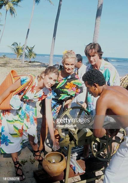 Regina Sattler Renate Langer Helmut Zierl neben den Dreharbeiten zur ZDFReihe Traumschiff Folge 15 Brasilien Episode 13 Brasilianer Meer Strand...