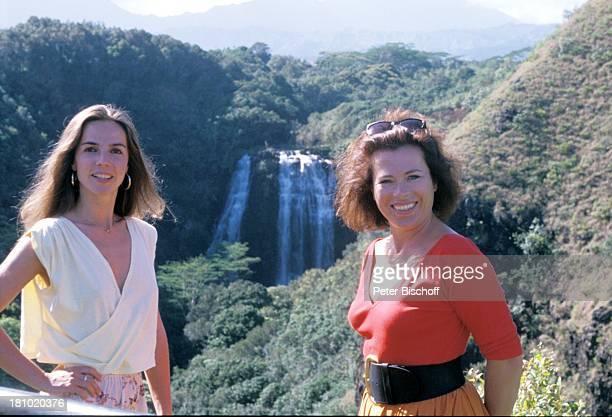 """Regina Sattler, Rita Russek, , neben den Dreharbeiten zur ZDF-Serie """"Insel der Träume"""", Hawaii/USA/Amerika, , Opaeka-Wasserfall, Schlucht, Bäume,..."""