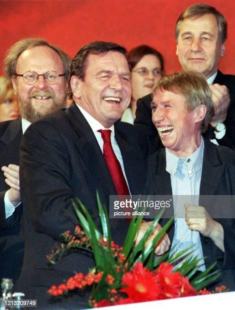 Regine Hildebrandt freut sich am 7.12.1999 in Berlin mit Bundeskanzler Gerhard Schröder über dessen Wiederwahl als SPD-Vorsitzender. Im Hintergrund...