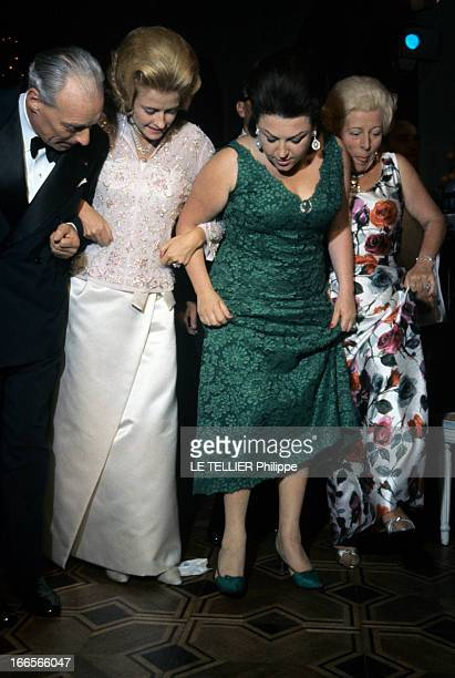 Regine Teaches Countess Anne D'Ornano And Baron Guy De Rothschild How To Danse The Hully Gully En 1963 REGINE chanteuse portant une robe verte...