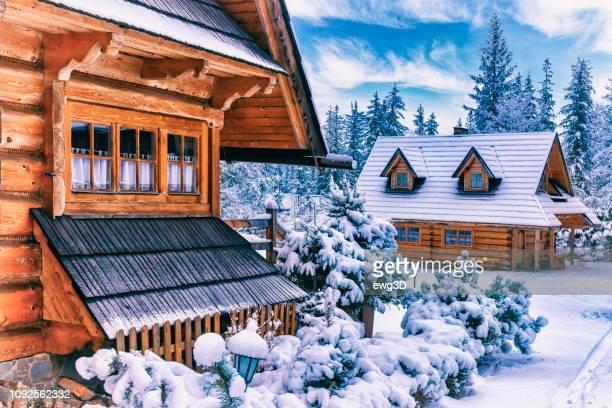 maison en bois de style régional en hiver, zakopane, pologne - chalet de montagne photos et images de collection