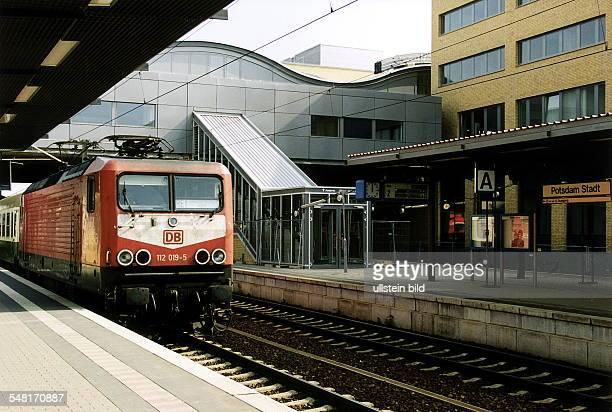 Regionalbahn auf dem Gleis im Bahnhof PotsdamStadt September 1999