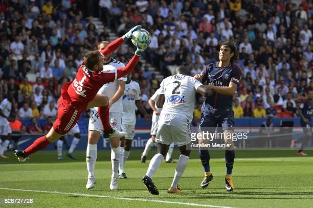 Regis Gurtner of Amiens catches the ball in front of Edinson Cavani of Paris SaintGermain during the Ligue 1 match between Paris SaintGermain and...
