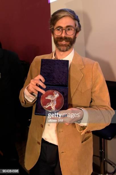 Regisseur Arran Guiz Julien mit dem Silbernen Bären Preis der Jury für den Kurzfilm REVERIE IN THE MEADOW zu Gast im RadioEins Berlinale Nighttalk...