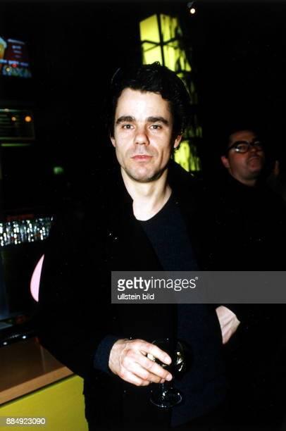 Regisseur D Porträt mit einem Glas Wein in der Hand März 1999