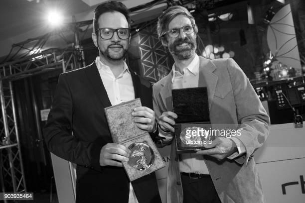 Regisseur Diogo Costa Amarante mit dem Goldenen Bären Bester Kurzfilm für den Film SMALL TOWN und Regisseur Esteban Arrangoiz Julien mit dem...