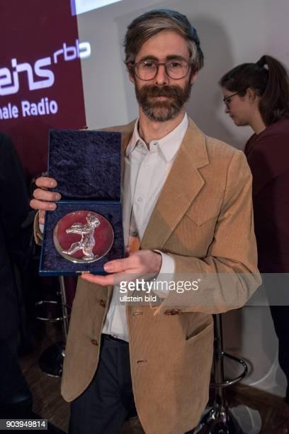 Regisseur Esteban Arrangoiz Julien mit dem Silbernen Bären Preis der Jury für den Kurzfilm REVERIE IN THE MEADOW zu Gast im RadioEins Berlinale...