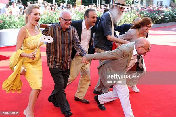 Regisseur Gianfranco Rosi mit seinem Cast bei der Premiere des Films Sacro Gra anlässlich der 70 Internationalen Filmfestspiele von Venedig