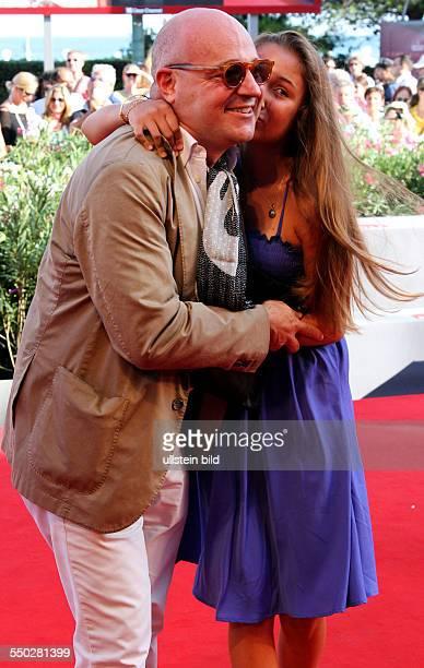 Regisseur Gianfranco Rosi mit seiner Tochter bei der Premiere des Films Sacro Gra anlässlich der 70 Internationalen Filmfestspiele von Venedig