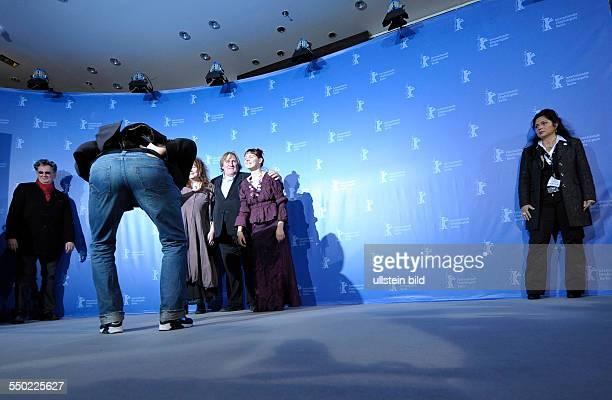 Regisseur Gustave Kervern zeit den Fotografen sein Hinterteil im Hintergrunde Schauspieler Gerard Depardieu Schauspieleri Yolande Moreau und...