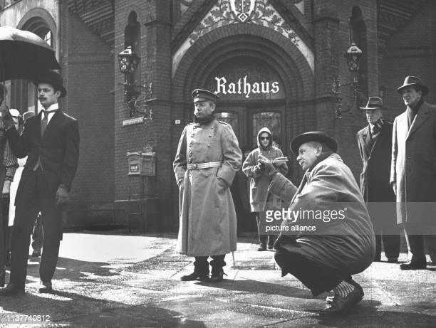 Regisseur Helmut Käutner gibt letzte Anweisungen für eine Aufnahme des Films Der Hauptmann von Köpenick mit Heinz Rühmann in der Titelrolle In der...