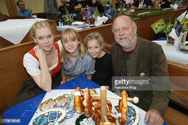 Regisseur Joseph Vilsmaier Mit Seinen Töchtern Janina + Theresa + Josefina Auf Dem Oktoberfest